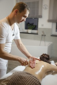 Honigöl-Ingwer Massage mit warmen Öl, ein Wohlfühlerlebnis der Besonderen Art