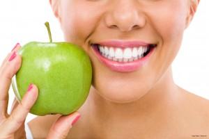 Schöne weiße Zähne durch Zahnbehandlung mit Smile'Up