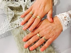 die manikürten Fingernägel
