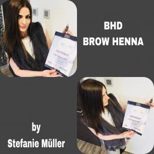 Steffi mit ihrem BROW Henna Zertifikat