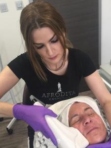 Steffi beim Facelifting mit hochfrequentiertem Ultraschall