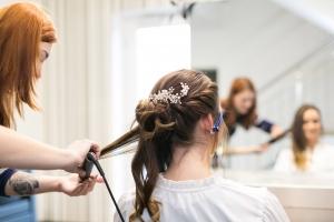 Lifestyle-Team beim Haar-Styling