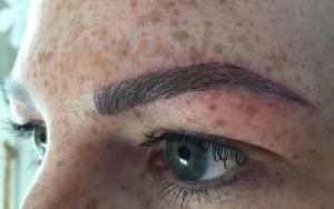 Stilvolle Augenbrauen durch Microblading